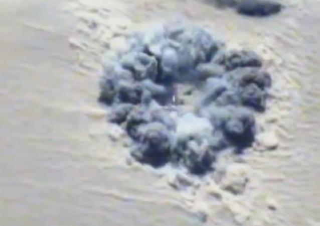 Así salta por los aires un vehículo de Daesh atacado por la aviación rusa