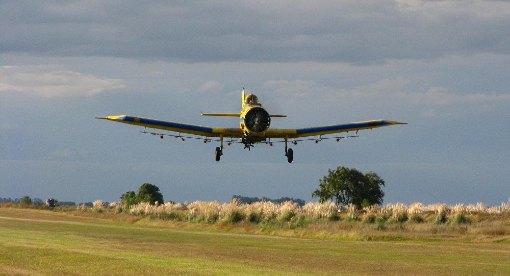 Un avión antíguo despegando desde un campo