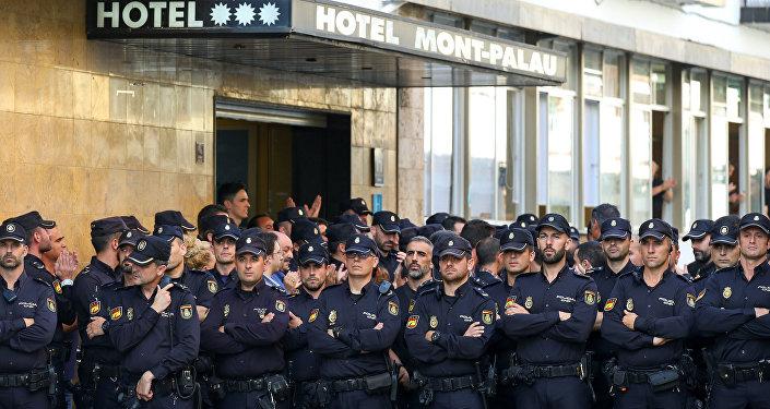 Agentes de la Policía Nacional española expulsados de un hotel en Barcelona