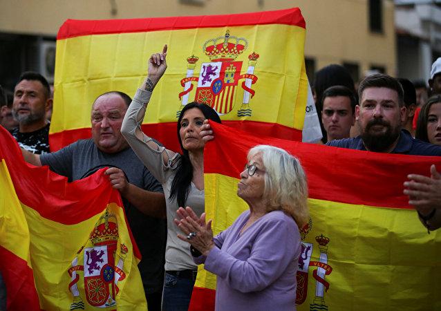 Partidarios de la Policía nacional con banderas de España