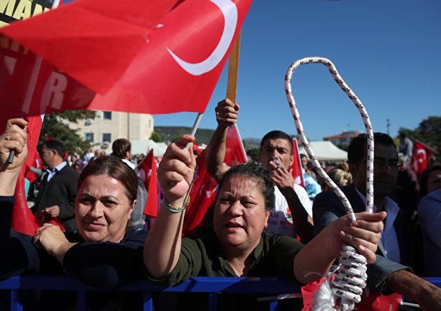 Simpatizantes del presidente de Turquía el día del juicio contra los acusados del golpe de Estado