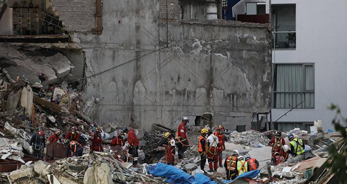 Grupo de rescatistas en la Ciudad de México tras el terremoto