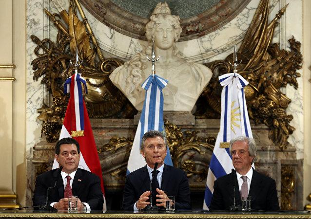 El presidente de Argentina, Mauricio Macri (centro), acompañado de sus homólogos de Paraguay, Horacio Cartes, y de Uruguay, Tabaré Vázquez.