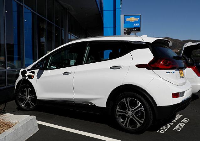 Un Chevrolet Bolt cargándose en un aparcamiento en California