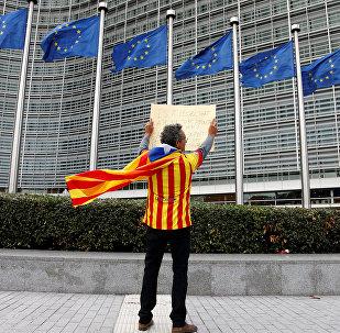 Un partidario de la independencia de Cataluña enfrente del edificio de la Comisión Europea en Bruselas (archivo)
