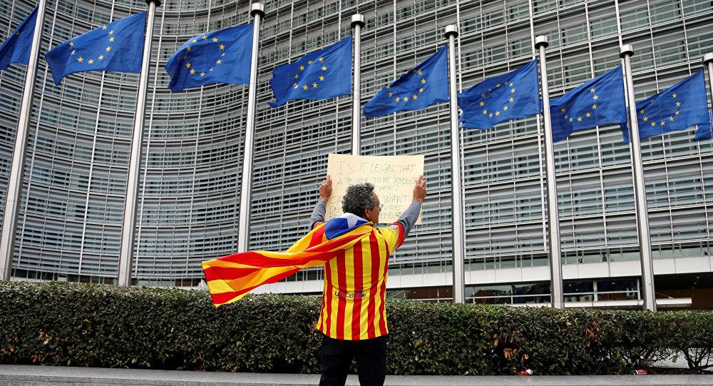 El partidario de la independencia de Cataluña enfrente del edificio de la Comisión Europea en Bruselas (archivo)