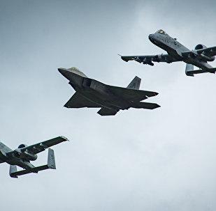 Un caza F-22 volando en formación con dos aviones de ataque a tierra A-10 (imagen referencial)