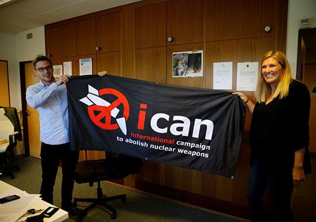 El coordinador de la Campaña Internacional para Abolir las Armas Nucleares, Daniel Hogsta, y la directora de la campaña, Beatrice Fihn