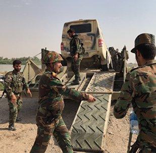 El Ejército sirio preparándose para cruzar el río Éufrates