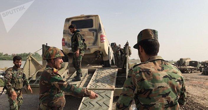 El Ejército sirio preparándose para cruzar el río Éufrates en dirección de Deir Ezzor