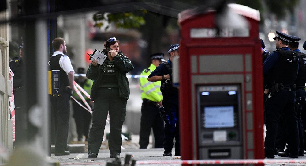 Agentes policiales en el lugar del accidente cerca del Museo de Historia Natural de Londres
