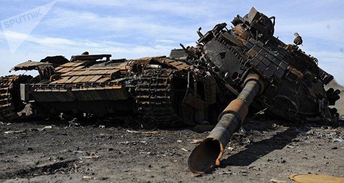 Un tanque destruido en los combates entre el Ejercito ucraniano y las milicias de las repúblicas autoproclamadas en el este de Ucrania (archivo)
