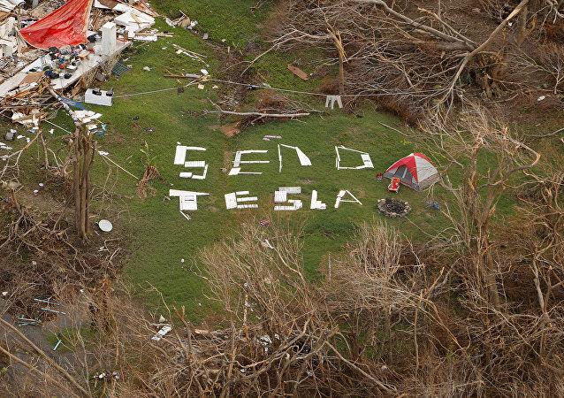 Una pancarta improvisada que dice Send Tesla (Envíen Tesla) en una isla de San Juan, de las Islas Vírgenes de EEUU, tras el devastador paso del huracán Irma (archivo)