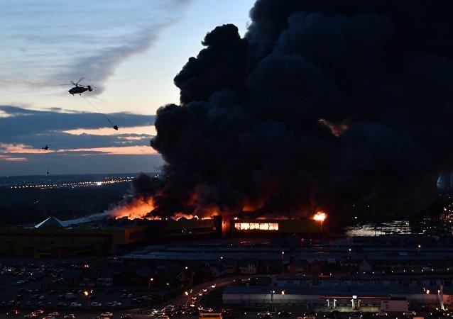 Un enorme incendio reduce a cenizas una parte considerable de un mercado de Moscú
