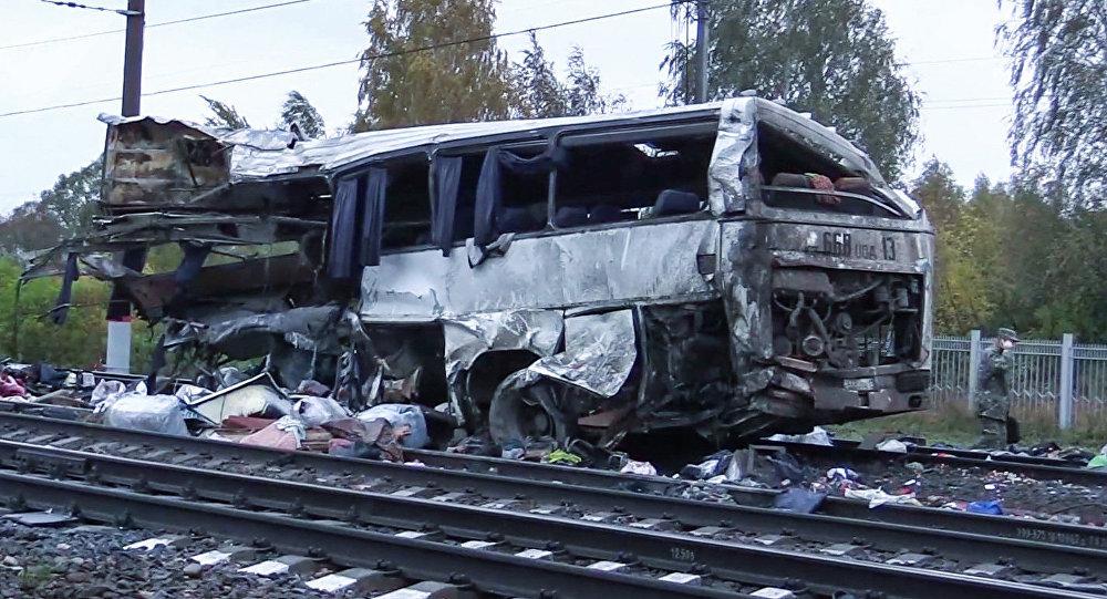 Un tren choca con un autobús de pasajeros en Rusia