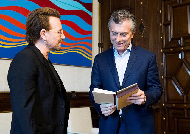 Bono, líder de la banda irlandesa U2, y Mauricio Macri, presidente de Argentina