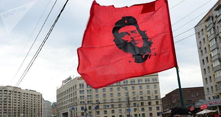 Bandera con el retrato de Ché en el mitin del Partido Comunista ruso en Moscú