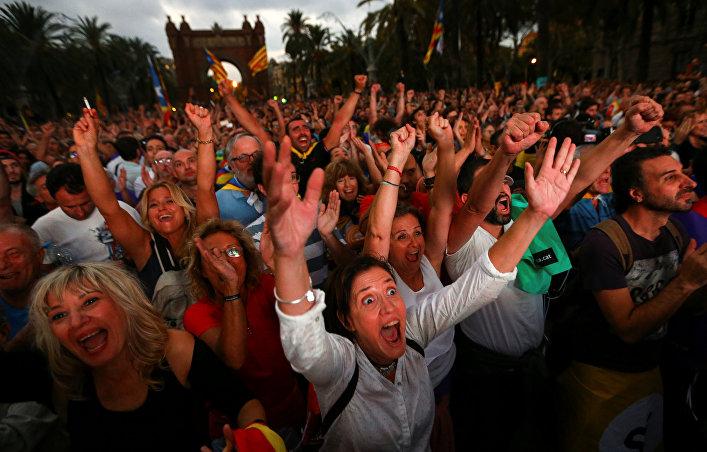 La multitud reacciona al discurso de Carles Puigdemont