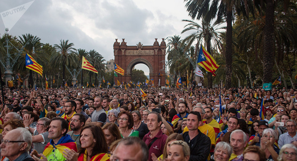 La gente con esteladas frente a Parlamento de Cataluña (archivo)
