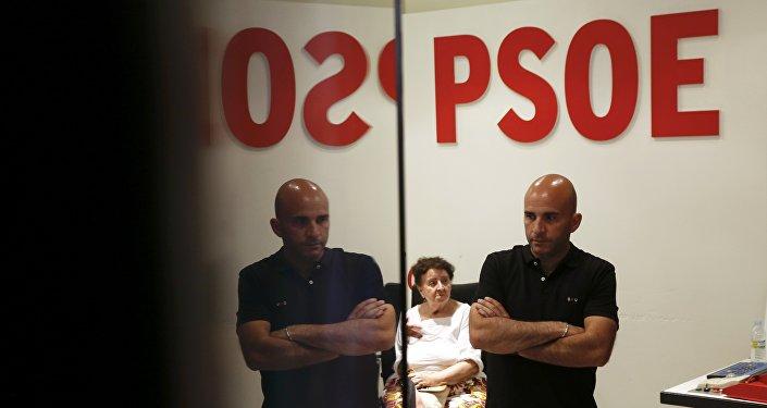 La gente esperando los resultados de las elecciones en la sede del PSOE en España