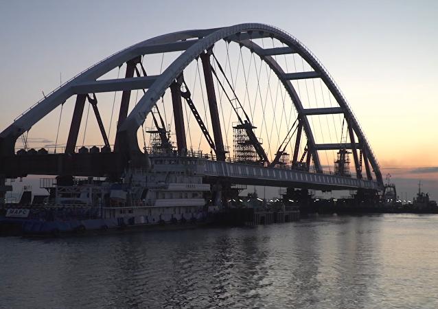El impresionante vídeo de la instalación de un arco gigante en el puente de Crimea
