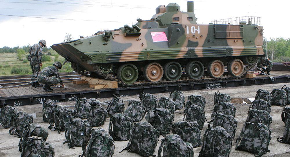 Dos soldados y un vehiculo militar chino