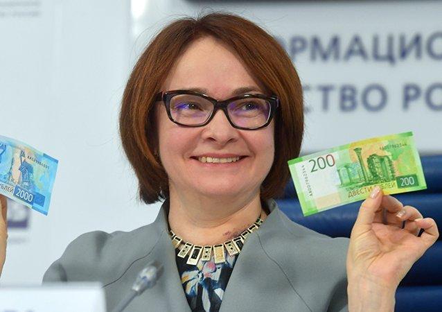 La jefa del Banco de Rusia, Elvira Nabiullina, con los nuevos billetes de rublo