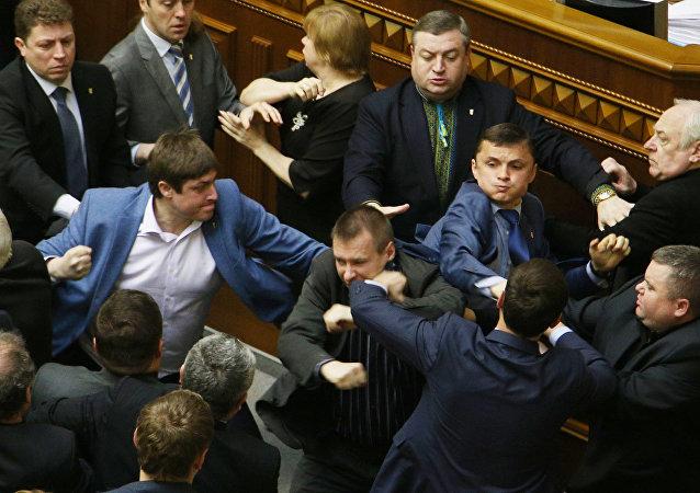 Una pelea en la Rada Suprema de Ucrania (archivo)
