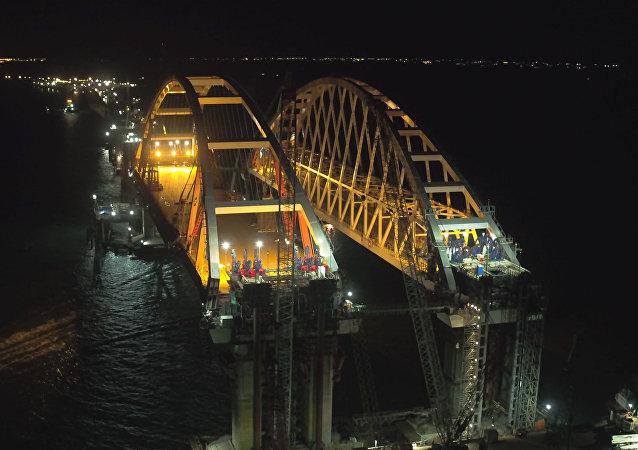 El grandioso arco vial del puente de Crimea es finalmente instalado