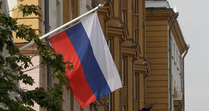 La bandera de Rusia flamea frente a la embajada de EEUU en Moscú (imagen referencial)