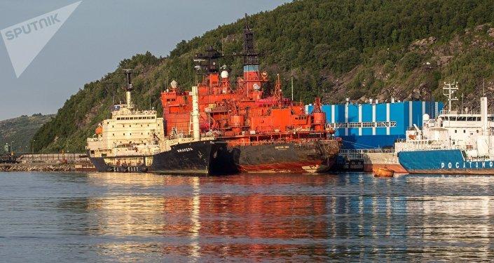 El buque de mantenimiento Imandra junto con el rompehielos nuclear Sovetskiy Soyuz (archivo)