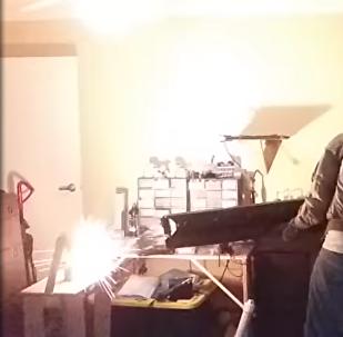 El usuario de YouTube NSA_Listbot pone a prueba su cañón de riel portátil hecho de manera casera
