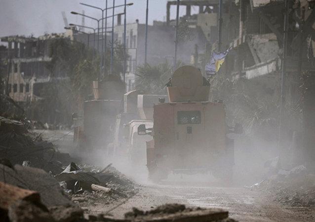 Vehículos militares en Al Raqa, Siria