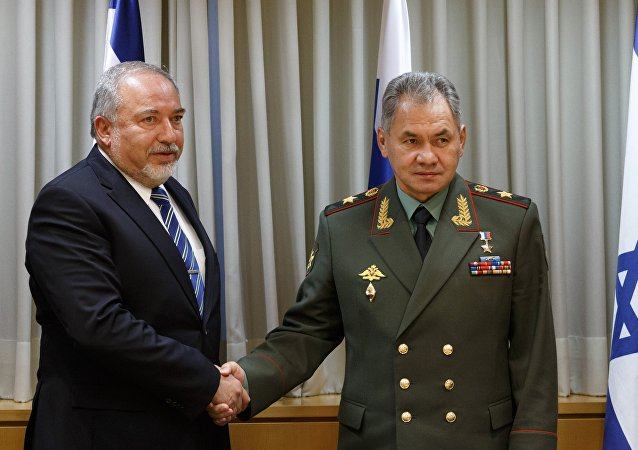 Ministro israelí de Defensa, Avigdor Lieberman, y ministro ruso de Defensa, Serguéi Shoigú