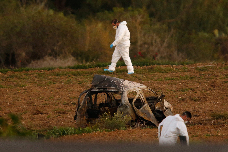 Expertos forenses investigan el lugar del asesinato después de que un coche bomba matase a la periodista Daphne Caruana Galizia en Bidnija (Malta)