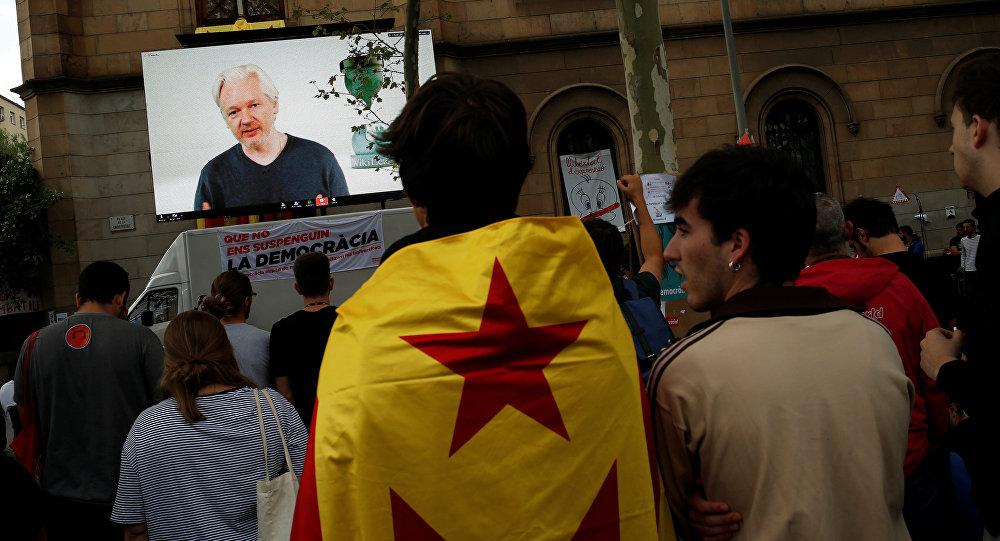 Julian Assange durante una videoconferencia en Barcelona
