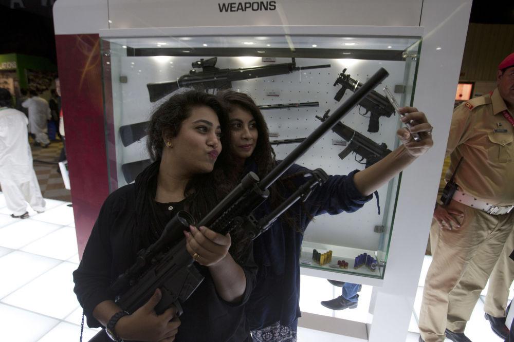 Una mezcla altamente explosiva: mujeres y armas