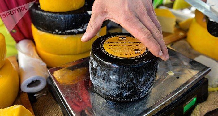 queso sobre una báscula