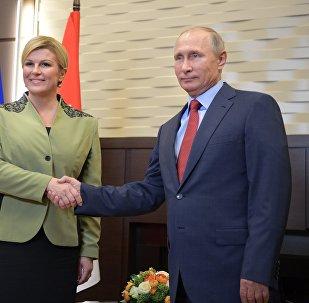 La presidenta de Croacia, Kolinda Grabar-Kitarovic, y el presidente de Rusia, Vladímir Putin (archivo)