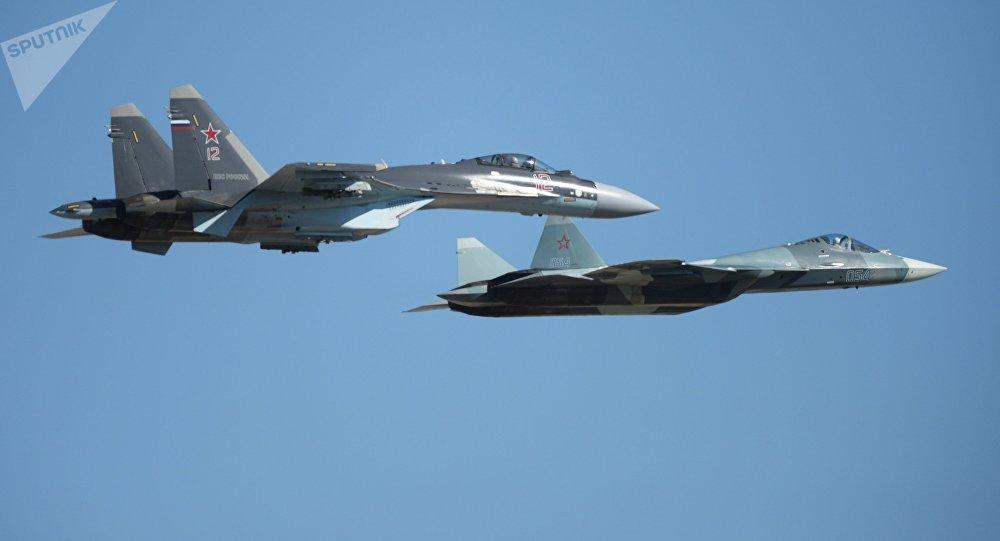 El Su-35 (izquierda) junto con el Su-57 durante un vuelo de demostración