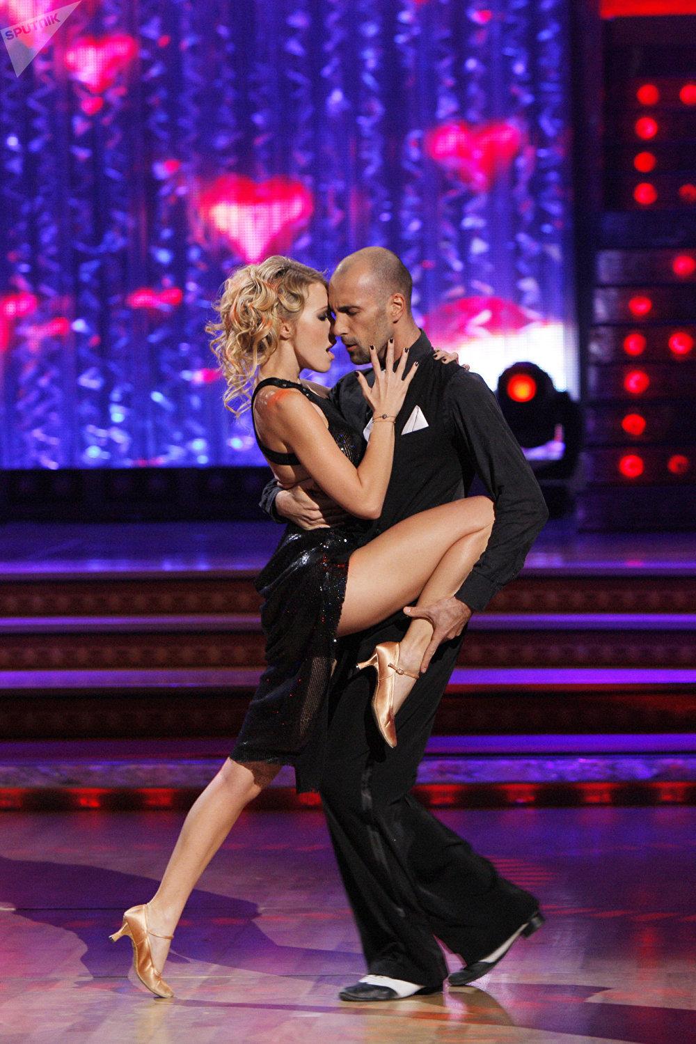 La presentadora Ksenia Sobchak con el bailarín Evgueni Papunaishvili durante el proyecto 'Bailando con las estrellas'