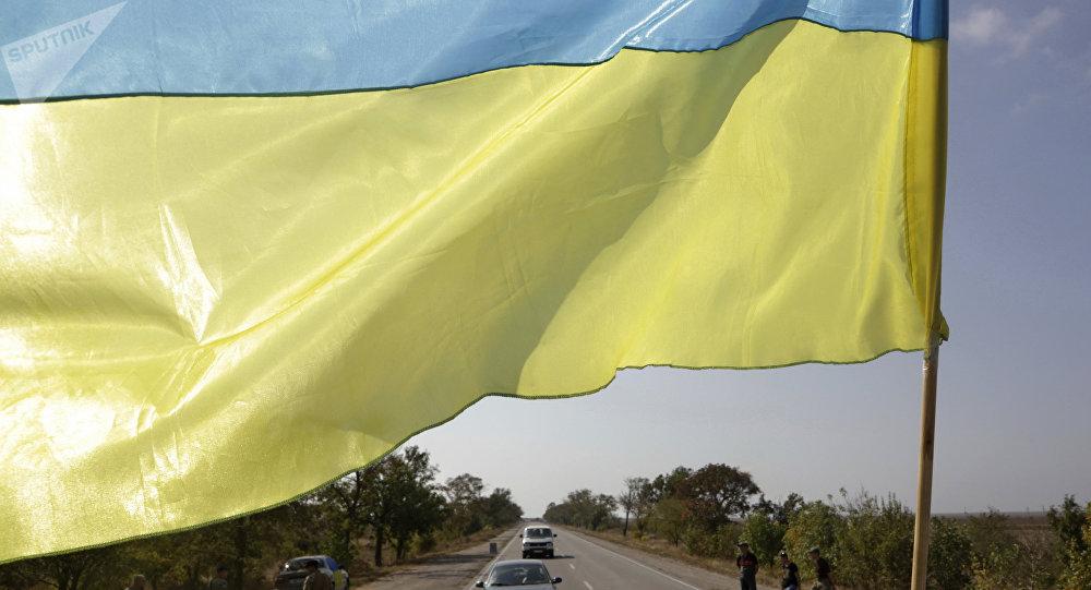Bandera de Ucrania en la frontera con Crimea