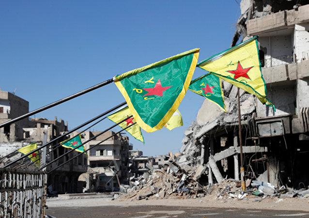 Las banderas de las Fuerzas Democráticas Sirias en Al Raqa, Siria