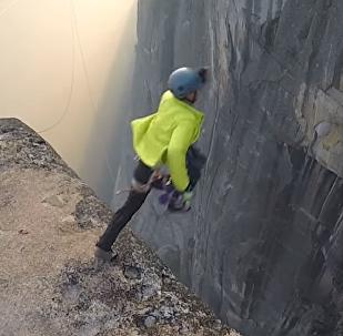 Adictos a la adrenalina: un estadounidense se la juega saltando al vacío