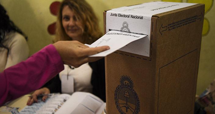 Una persona vota en las elecciones legislativas de Argentina el 22 de octubre