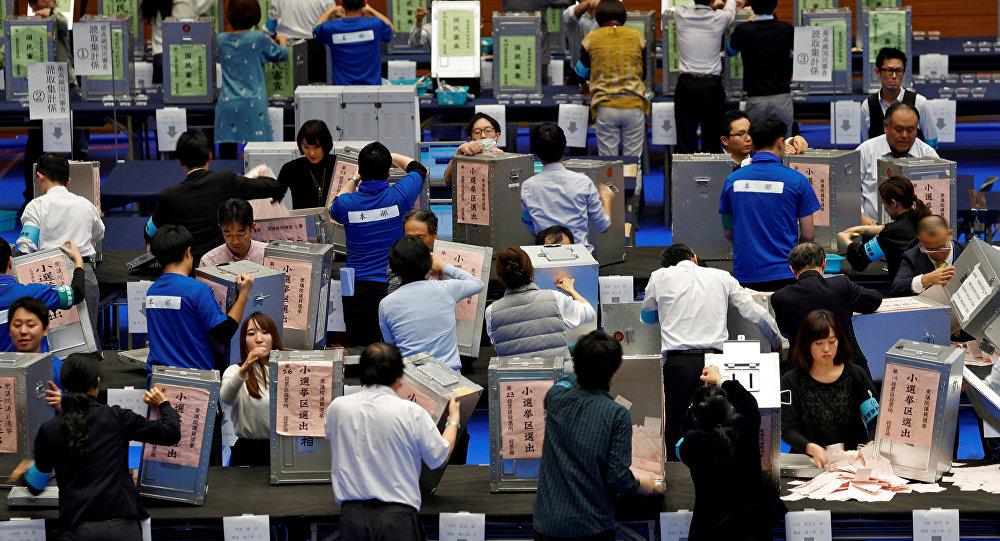 Oficiales realizan el conteo de votos de las elecciones de Japón del 22 de octubre
