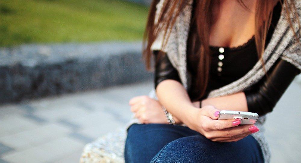 Una mujer escribe mensajes desde su móvil (imagen ilustrativa)