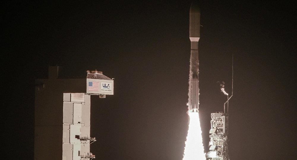 El cohete portador estadounidense Atlas V, dotado con los motores rusos RD-180, durante el despegue (imagen referencial)