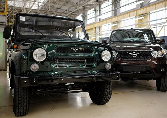 UAZ Hunter (izda.) y UAZ Patriot (drcha.)