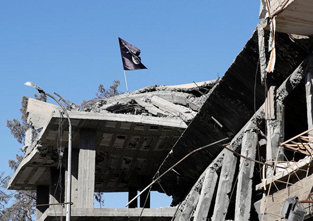La bandera del grupo terrorista Daesh en la ciudad siria de Al raqa